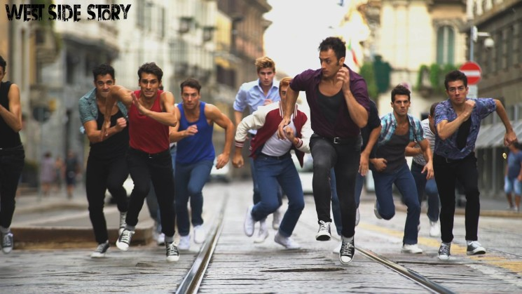 West Side Story, il musical prende vita per le strade di Milano – video